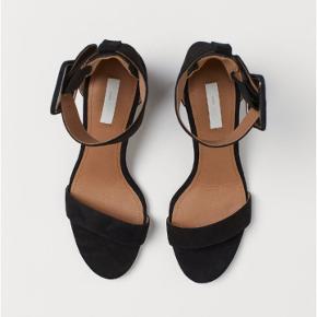 Flotte sko i ægte ruskind fra H&M Premium Quality. Det sidste billede er af mine egne. De er brugt en enkelt aften og har en god højde, som man kan holde ud at gå i.