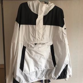 Der er en lille streg forrest på jakken og en smule mørke markeringer ved ærmerne som nok kan gå af i vask, er ik sikker. Ellers er det bare en lækker windbreaker, perfekt til sommer
