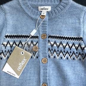 Helt ny ulddragt i str 74. 100% merino uld.  Købt i Norge.  Fra mærket refleks. Sælges stadig i butikkerne.   https://www.barnashus.no/kos-strikket-dress-296114.html