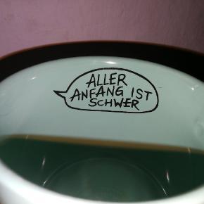 """Fin, stor tekop med ansigt og taleboble på tysk til børn (oversat """"Enhver begyndelse er svær""""). Farve: mintgrøn. Stand: ingen skår eller andet."""