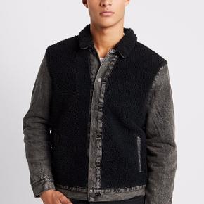 SHERPA PANEL TRUCKER Denim jakke fra Levis. Købt i Zalando.   Original nypris - 1150,- Sælges for - 650,- inklusiv fragt.  Det er også muligt at komme og prøve den