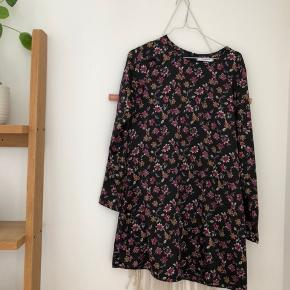 Sød blomstret sommerkjole fra Glamorous købt på Asos. Aldrig brugt! 👌🏽  Kom endelig med et bud 🌻 Tjek også mine andre annoncer med tøj fra Monki, Zara, Boii, Weekday mm. 🌸🕺🏼 #trendsalesfund