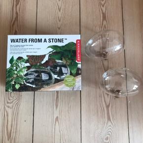 To stk. Water From A Stone glaskugler til vanding af planter. Aldrig brugt! Vander langsomt dine planter over 3-4 dage 👌🏼 nyprisen var 119 kr i Bahne.   Bemærk - afhentes ved Harald Jensens plads eller sendes med dao. Bytter ikke 🌸  💫 Glas glaskugler plante planter vanding vandingssystem