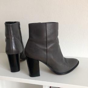 Grå støvler / støvletter fra Dune London med 8 cm hæl  Str. 38 - de er til den store side og svarer til en 38,5  Nypris: 1100 kr. Sælges for 200 kr. - Fast pris.  Ingen bytte.  Kan afhentes på Nørrebro eller sendes på købers regning