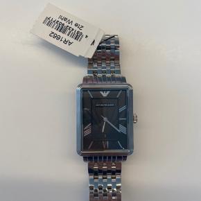PRIS: 500 kr.  Nypris: 2500 kr.  Model: AR1662  Nyt batteri anbefales nu eller snarest, da uret har ligget med tændt batteri.   Aldrig brugt.   Garanti er udløbet og kvittering haves ikke, dette er selvfølgelig grunden til den billige pris.  Alle min annoncer med ure stammer fra tidligere arbejde i FOSSIL koncernen.  Afhentes på Frederiksberg, eller sendes med track and trace.  Kan kontaktes her eller på 28294717.