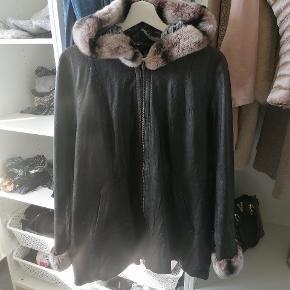 Ægte læderjakke med vaskebjørnspels på ærmer og hætte.