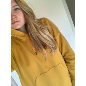 Karrygul hoodie som kun er brugt få gange  Giv bare et bud!😋