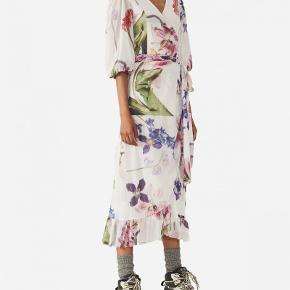 Sælger denne Ganni kjole som kun er brugt 2 gange i str. 36. Np 1800 Mp 800