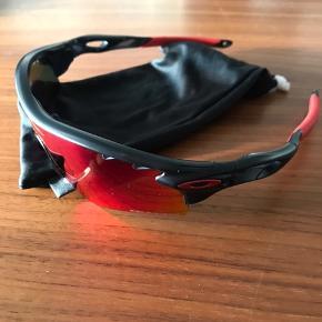 Har en del forskellige solbriller af forskellige mærkevarer til salg. De er alle ægte, og enten aldrig brugte eller meget lidt. Nogle har endda prismærke på. Yderligere er der nogle som har etuier og nogle som ikke har.  Skriv for mere information.