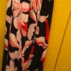 Vente kjole/maxi. 100% Viscose. Falder flot, super behagelig at have på. Kan også bruges senere ved amning pga elastik.