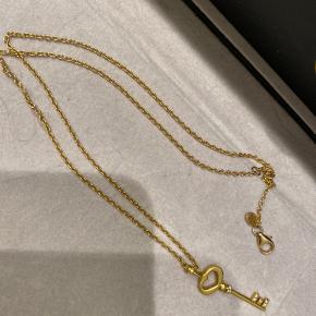 ByBiehl halskæde sælges (både kæde og vedhæng) Helt ny kun brugt få gange. Sælges da jeg ikke bruger guld. Nypris var 990kr Byd
