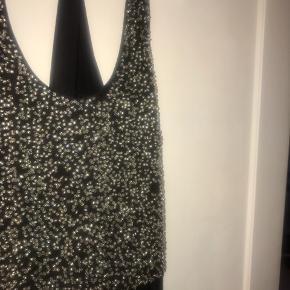 Fin kjole. Har dog enkelte skader (enkelte steder hvor perler er faldet af) eller i fin stand. Nypris: ca. 1400 Pris: 200 + Porto