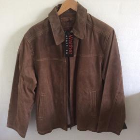 Brun skindjakke i str 54 (ægte læder) købt i Tøjeksperten. Ikke glat skind. Aldrig brugt, har stadig mærker på. Fra ikke ryger hjem