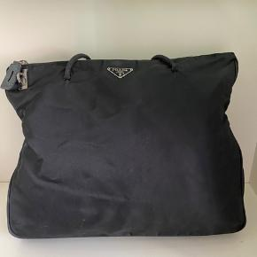 Prada sort totebag  Super pæn stand  Med plads til en MacBook så god til skole/arbejde  Med org dustbag  Pris inkl moms
