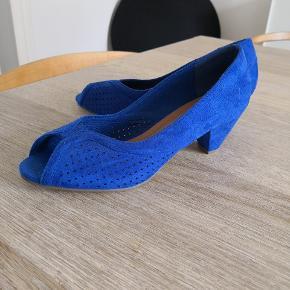 Hej. Hermed et par ubrugte flotte blå sko jeg aldrig har brugt da de var for store. Str 37