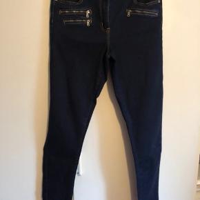 Super lækre bukser fra One Two med masser fede detaljer. Sidder perfekt og god kvalitet med streck i. 65 % bomuld - 33 % polyester og 2 % elasthane.  Vasket og aldrig brugt.