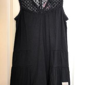 Varetype: Kjole Størrelse: 3 Farve: Sort Prisen angivet er inklusiv forsendelse.  Rigtig fin Pilgrim Dress i farven almost Black.    100% bomuld    Bytter ikke