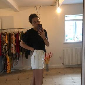Hvide shorts fra Urban outfitters, passes af en xs og s, aldrig brugt