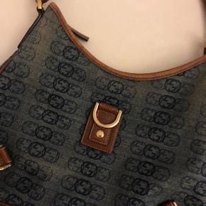 Vintage denim Gucci taske i fantastisk flot stand. Næsten Ikke noget synligt slid. Sjælden model, denim hologram Hobo bag. Fast pris. Mål 30cm bred, 24 cm høj og 7 dyb. Ingen kvit eller dustbag da det er vintage. Købt og verificeret hos Tradesy.
