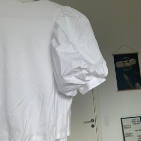 Fin t-shirt med ballon ærmer. Aldrig brugt - kun prøvet på   Mærker: Baum und pferdgarten, Ganni, Envii, Mads Nørgaard, Wood Wood