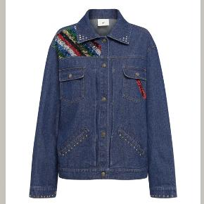 Super fed jakke med mange detaljer  Den passer en størrelse 38/40  Nypris 2999 kr