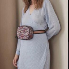 Smuk smuk babyblå slåom kjole med tilhørende underkjole. Den er aldrig brugt, bare hængt i skabet😊