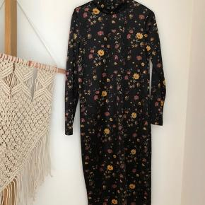 Flot velour blomstret kjole. Længde til knæene, jeg er 167. Aldrig brugt og har ingen slid.  Se også mine andre annoncer 🕺🏼 #trendsalesfund