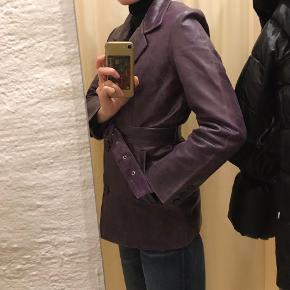 Smuk lilla læderjakke købt i Studio Travel. Passer S-M