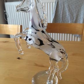 Sælger denne flotte glas hest. Lavet på Fyns glaspusteri. Mærke i bunden KH F 24. Den er 26 cm høj. Kommer fra et ikke ryger hjem. Afhentes i 2990 Nivå.  Kom med et bud, mindste pris 250kr