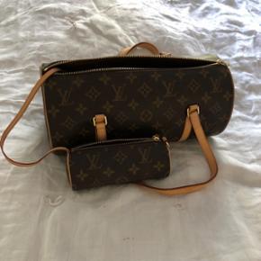Louis Vuitton papillon taske med miniversion i pung. Pungen sættes fast inde i tasken, men kan også bruges seperat. Jeg har fået tasken i gave for mange år siden, men har aldrig brugt den. Den er i helt perfekt stand og der er absolut ingen tegn på slid. Nypris: ca. 9.000-10.000kr Mindstepris: 4.000kr