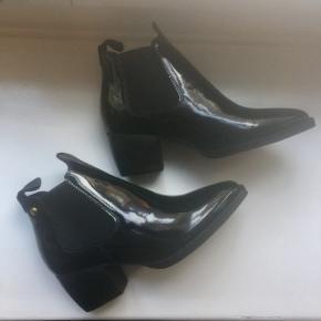 Støvletter/ankelstøvler fra Topshop. Aldrig brugt.  Nypris 800 kr. Købt herinde for 450 kr., (helt fra nye) men de er desværre en smule for små.  Str. 36, men svarer til en 35-35,5