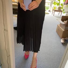 Fin sort plisseret nederdel Størrelsen er klippet ud, men den passer str. 38/M Brugt få gange💛