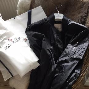 Lækker Moncler Bumper jakke købt i Moncler butik København sommeren 2017, brugt 2 måneder, nyprisen var 5.000 kr. Er meget velholdt dog lidt brugsspor/ridser knapper sidelommer (se billede) og mikroskopisk hul ved lynlås nederst foran ses ikke( se billede). Kvittering, dustbag, mærker mm haves. Sælges for min søn, MP er 2.000 kr, BYD gerne, men forbeholder mig retten til ikke at sælge.