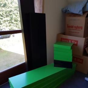 Ikea Lack Svæve hylde 4 stk 110x26 cm i grøn - 50 kr stk  2 stk 30x26 cm i sort og 5 stk i grøn - 20 kr pr. stk  Prisen er IKKE til forhandling Kan evt. leveres mod ekstra betaling  (slået op flere steder)