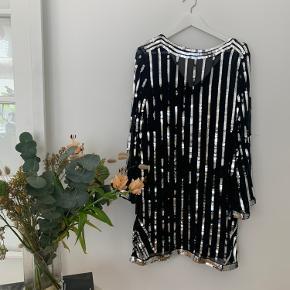Glimmer glitter kjole med sort slip-in inderkjole  Køber betaler selv fragt, ellers kan varen afhentes på Frederiksberg C - tæt ved Forum st. og søerne.  Har over 300 ting til salg, så tjek mine andre annoncer ud😍 Der kommer ofte mængderabat!
