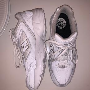 ALDRIG BRUGT andet end prøvet på - fejlkøbt i den forkerte størrelse og smidt skoæsken ud, så kan desværre ikke returneres.  Størrelse 41, købt for 650 kroner. Farve hvid/grå. Model: WX452SG.  Man må gerne komme forbi og prøve på (lokation Nørrebroparken, 2200).