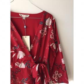 Yumi slå om kjole, aldrig gået med, perfekt til sommer, kan afhentes på Nørrebro eller sendes på købes regning. Kom med et bud :)