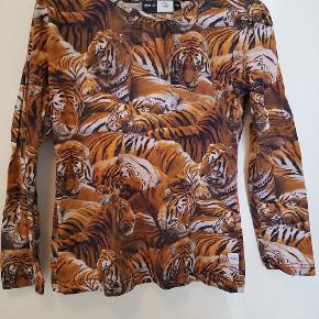 Lækker bluse med tiger print. Datterens yndlings bluse. Brugt men i så god stand.