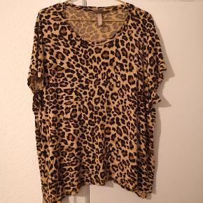 Leo t-shirt fra HM i 2XL. Brugt men i pæn stand.  ▪️Sender gerne/køber betaler porto ▪️Returnerer ikke ▪️Fra dyrefrit og røgfri hjem ▪️Køber betaler ts gebyr