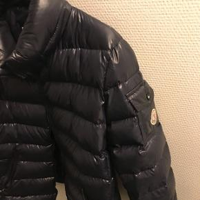 Sælger denne Moncler jakke, perfekt til dansk vejr Str 3  Fin stand, har noget Hvidt ved lommen hvor moncler mærket sidder(billede nr 3.) Tegneserien indeni har set bedre dage, men sidder stadig på hele vejen rundt.  Mørke blå  Mp 1700  Nypris omkring 700 euro ( mener jeg)