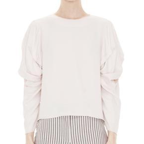 Voluminøs Acne skjorte med draperede ærmer og feminin pasform. Ingen tegn på slid eller tydelige brugsspor.