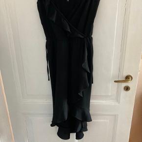 Smuk slå-om-kjole med bindebånd. Falder rigtig flot og har en god længde.