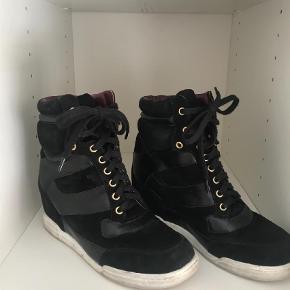 Varetype: Wedges Farve: Sort Oprindelig købspris: 2695 kr.  Marc by Marc Jacobs sneakers med skjult wedge sælges da de desværre er for store. Derfor er de kun brugt en gang. Sort ruskind og skind indvendig. Byd gerne.