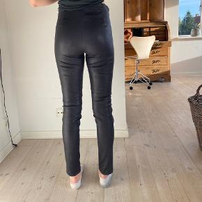 Smukke bukser fra Rabens saloner, Str S (kan også passes af en M) Jeg er 178 høj😊  Brugt et par gange, men i super stand.  Lynlås nederst i benene😊 Prisen er 1250kr eller byd gerne😊