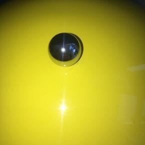 Har et lille krak ved kuglen og en lille rids på siden se billeder men ikke noget som ses når den bare står, kasse og dustbag medfølger  Prisen er efter stand   Np 2495kr