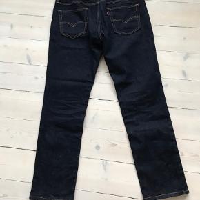 Sælger to par ens Levi's jeans. De har kun været prøvet på, så de er som nye. Begge par er størrelse W34/L32. Sælges lige nu i fx Magasin for 1.099kr.  Rabat gives ved køb af begge par.