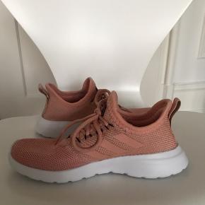 Adidas træningssko brugt en enkelt gang indendørs, men er desværre købt for store. Fin rosa/lyserød farve.