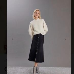 Cool nederdel i washed Black.  Brugt et par gange. De nederste 3 knapper kan åbnes. Livvidde = 36 x 2. Med stretch 😊