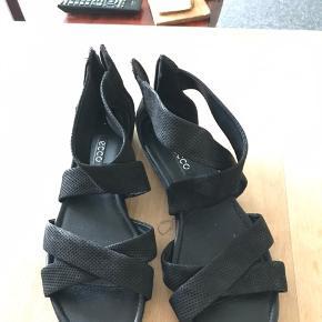 Sælger disse to par Ecco sandaler str 41. Ny pris 800 kr. Pr par. Brugt 2-3 gange. Prisen er pr par. Afhentes på Østerbro eller i Kokkedal.