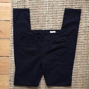 Fine sorte bukser med lynlås bagpå. Vil sige de passes af xs/s. Aldrig brugt.